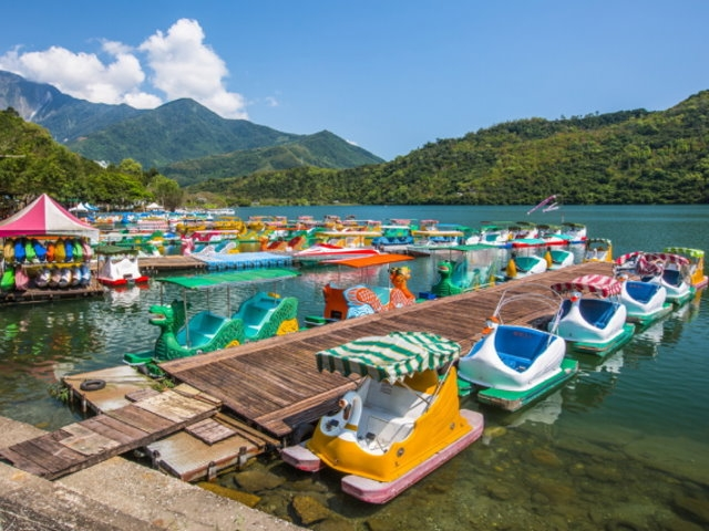 chartered tour taiwan- Liyu Carp Lake.jpg